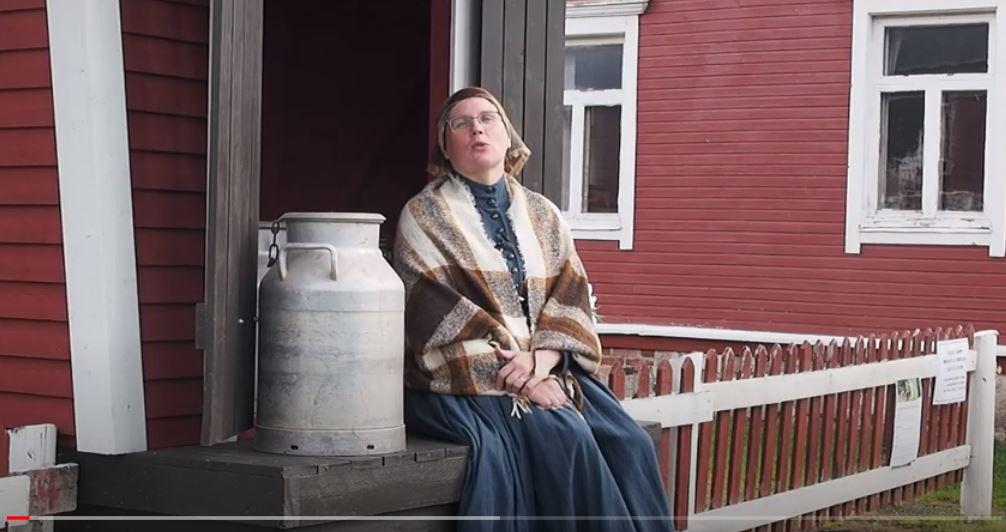 Nainen istuu maitolaiturilla