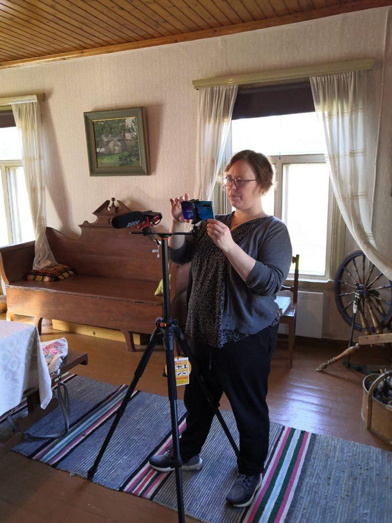 Nainen kuvaa videota alypuhelimella