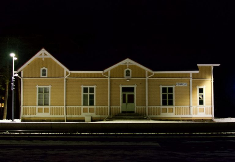 Kempeleen rautatieasema illalla